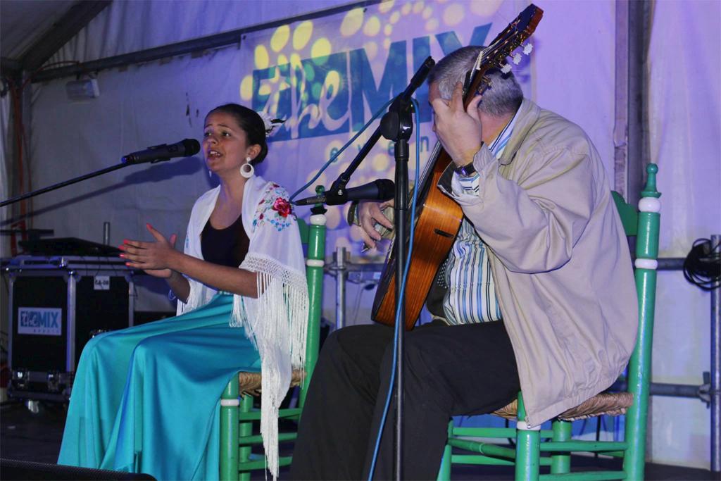 """Ana Pineda al cante y Javier Pineda """"Potajito de Casares"""" a la guitarra"""