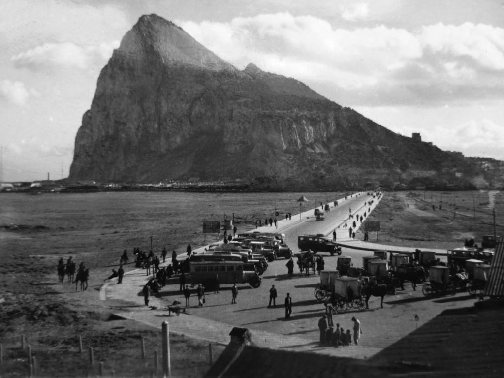 Frontera de Gibraltar. Autobuses españoles.